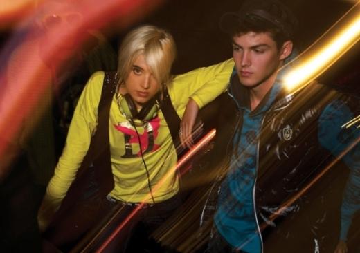 os modelos Agyness Deyn e Jake Madden em momento clubbing