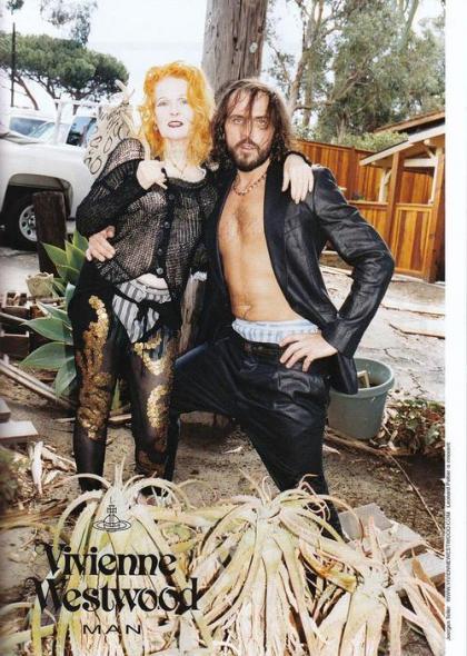 aqui o casal posa para foto de uma campanha da estilista